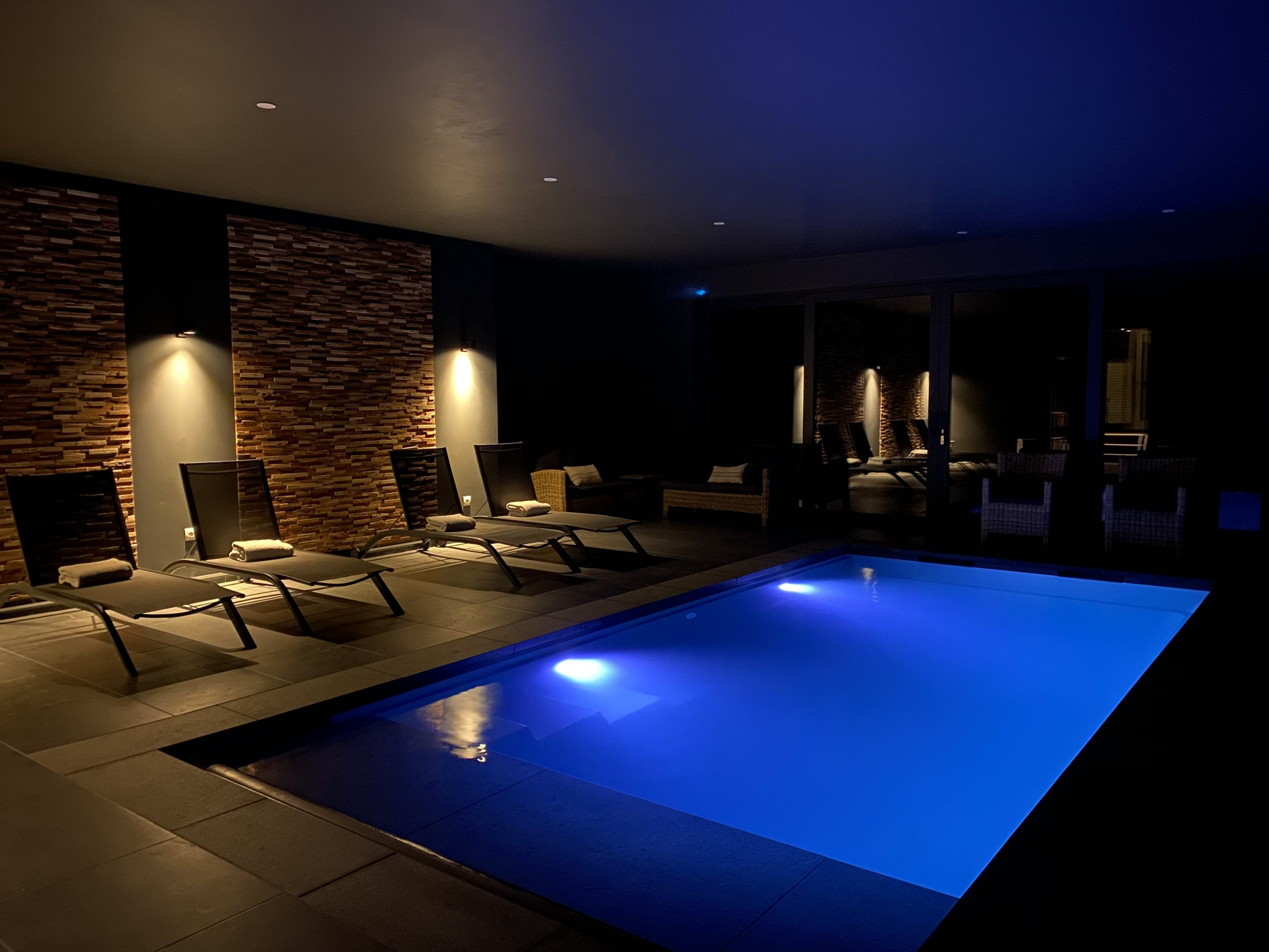 swimming-pool-by-night-lights-on